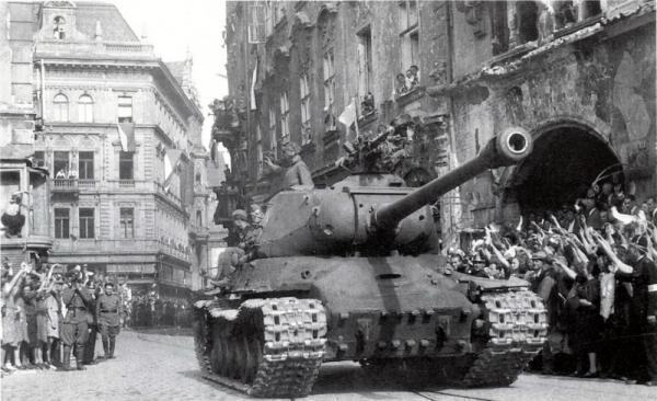 Советские войска на улицах Праги.