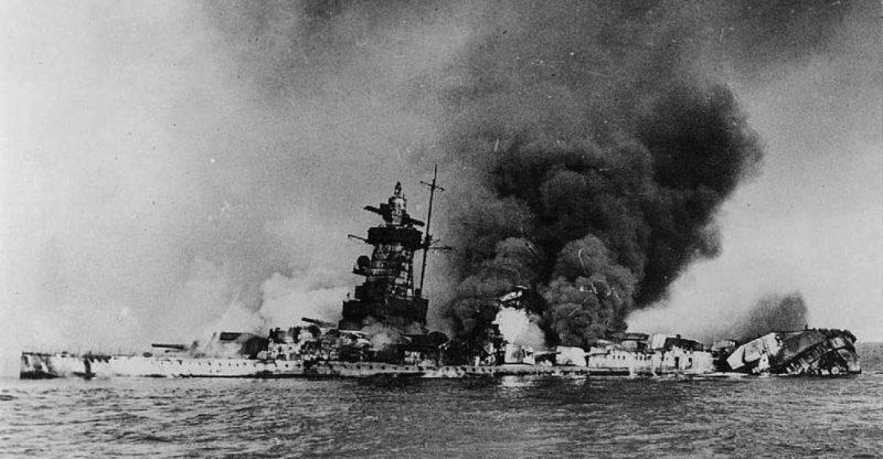 Горящий в устье реки Ла-Плата немецкий тяжелый крейсер «Адмирал граф Шпее». Декабрь 1939 г.