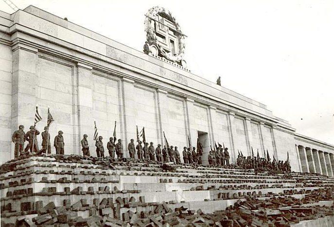 Американцы у стадиона на Адольф Гитлер Платц. 20 апреля 1945 г.