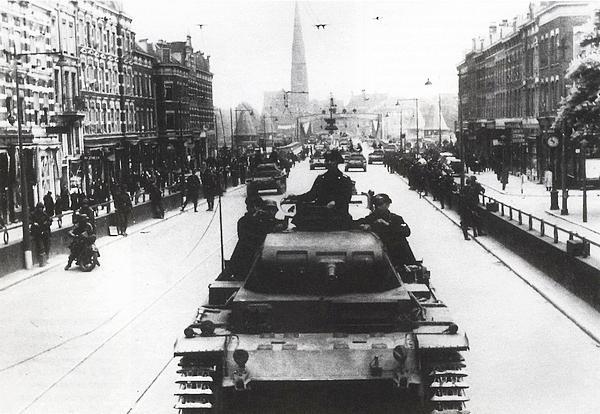 Немецкие танки на одной из улиц Роттердама. Май 1940 года.