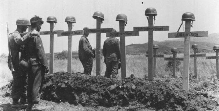 Могилы погибших немецких десантников.