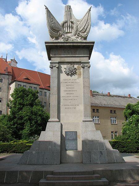 Памятник встрече союзных войск в Торгау.