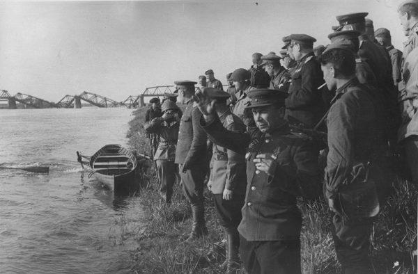 Приветствие американцам на берегу Эльбы. 25 апреля 1945 г.