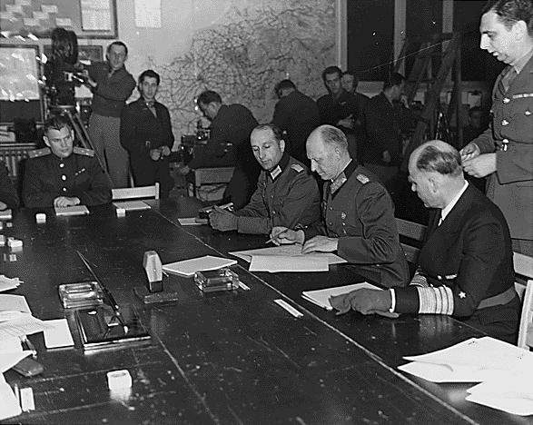 Альфред Йодль подписывает акт о капитуляции в Реймсе.