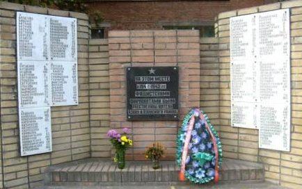 г. Азов. Мемориальные доски жертва фашизма в период оккупации города и района в 1942-1943 годы, установленные в 1997 году по улице Красногоровской 15.