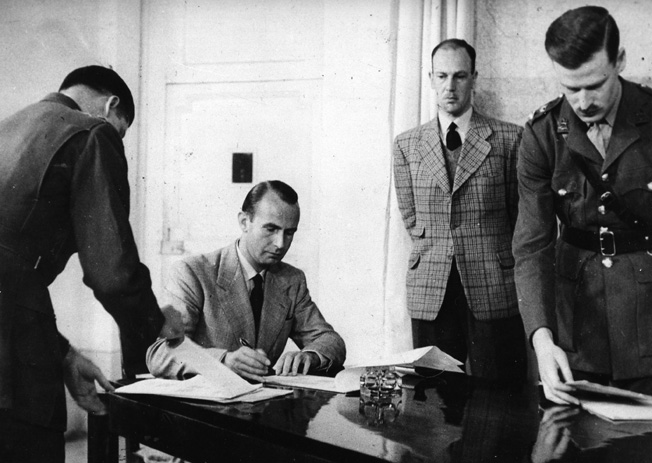 Подписание уполномоченными лицами капитуляции германских войск в Италии.