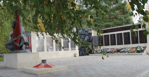 ст-ца. Мешковская Верхнедонского р-на. Мемориал по проспекту Победы 5а, установленный в 1974 году на братской могиле советских воинов.