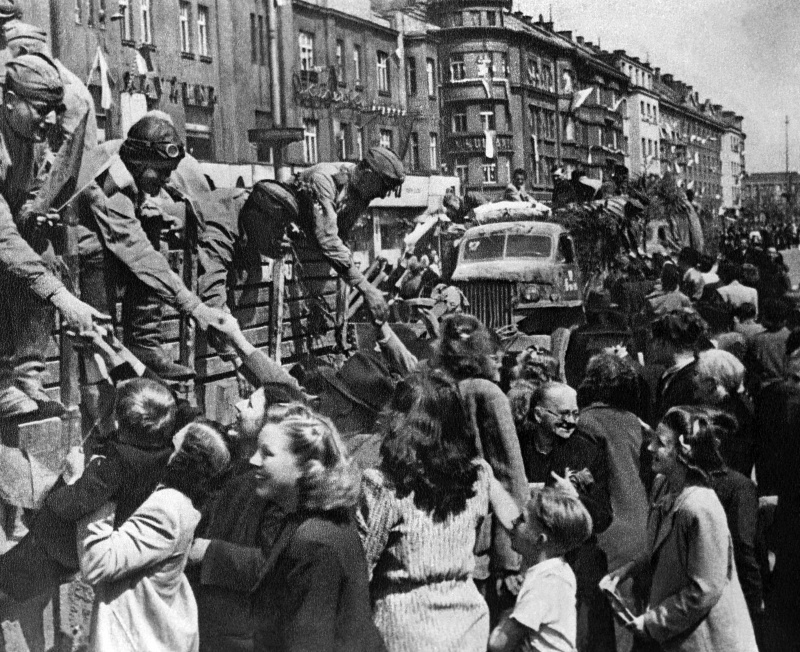 Жители Праги встречают советских солдат-освободителей.