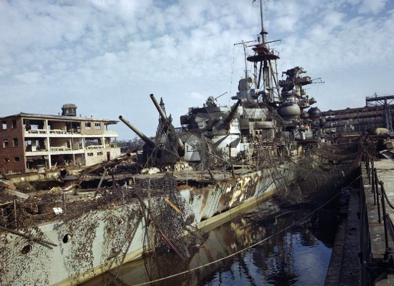 Закамуфлированный крейсер «Admiral Hipper», в сухом доке в Киле на ремонте.
