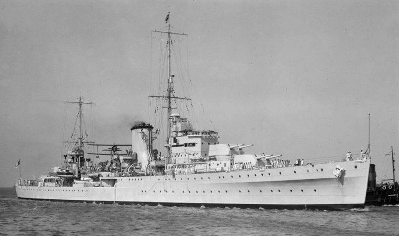 Новозеландский легкий крейсер «Achilles». Скорость 31,25 узла. Вооружение: 8 орудий калибра 152 мм в двухорудийных башнях; 4 зенитных орудия калибра 102 мм. Дальность стрельбы орудий главного калибра 22,85 км.