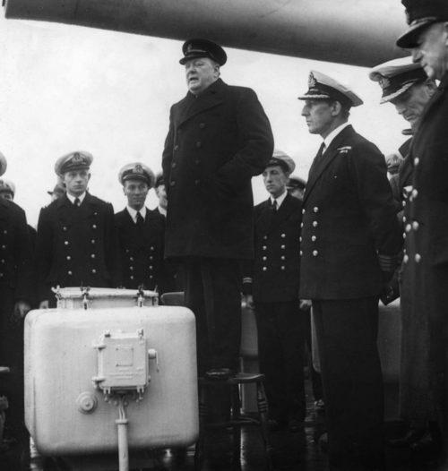 У. Черчилль выступает перед командой британского тяжелого крейсера «Exeter», возвратившегося после сражения у Ла-Платы с немецким линкором «Адмирал граф Шпее». Декабрь 1939 г.