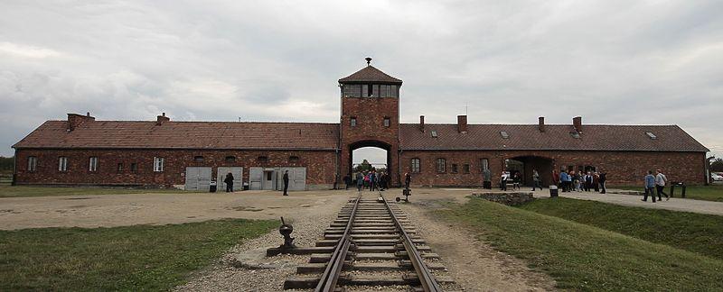 Главные ворота лагеря «Аушвиц II».