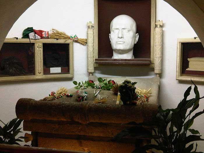 Могила Бенито Муссолини в фамильном склепе.