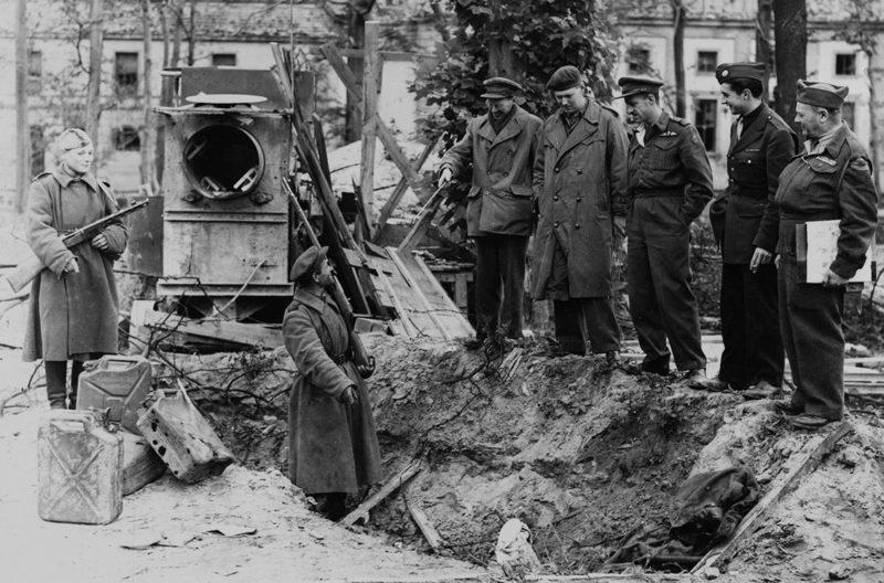Яма, где был похоронен фюрер и канистры из-под бензина. Май 1945 г.