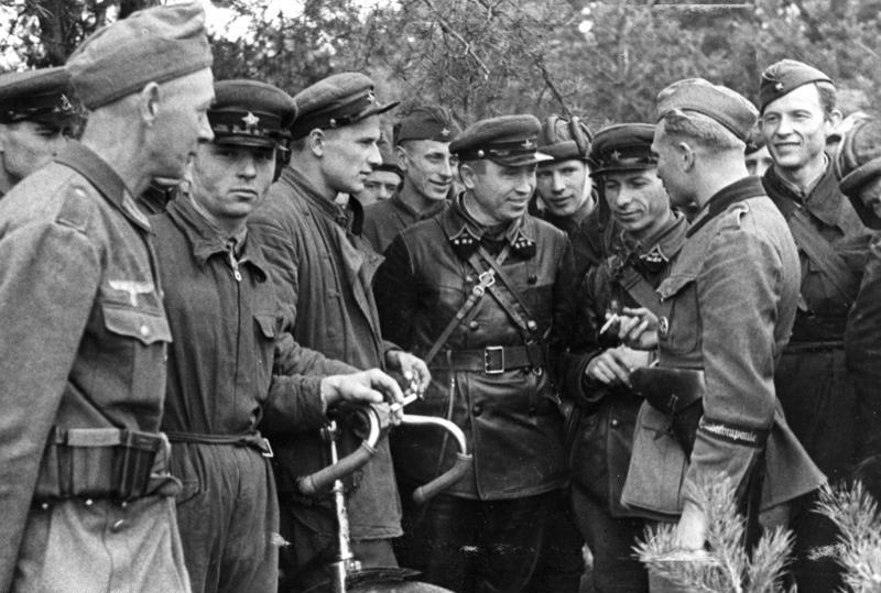 Встреча немецких и советских военнослужащих во время раздела Польши. Сентябрь 1939 г.
