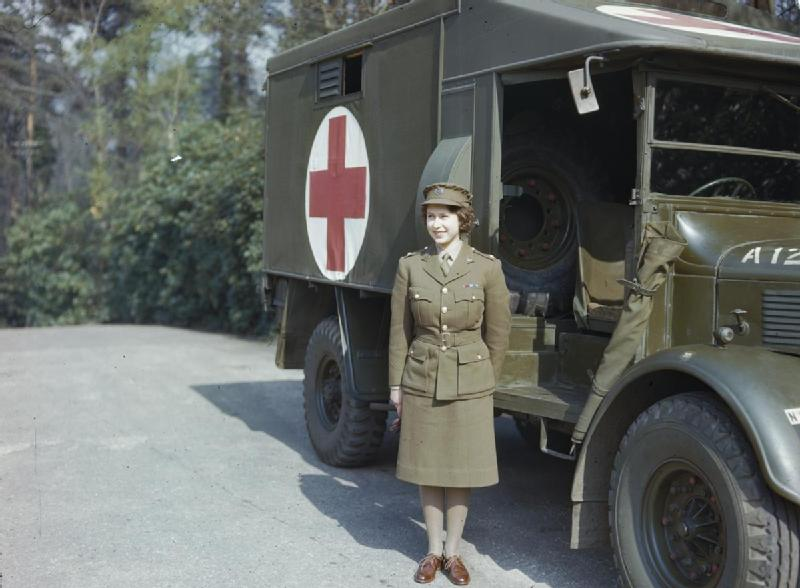 Королева Елизавета II во вспомогательной территориальной службе Британской армии.