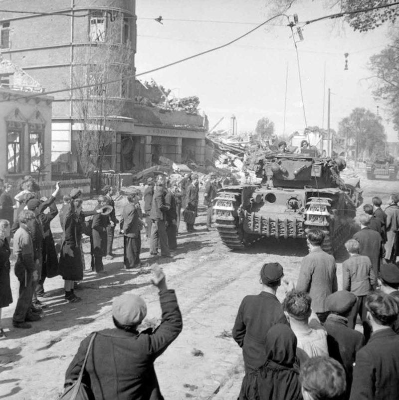 Бывшие подневольные рабочие в Бремене приветствуют британцев.