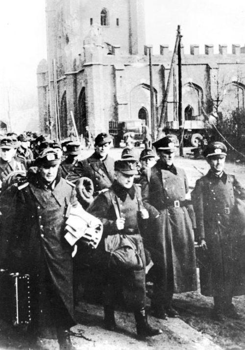 Пленные немецкие солдаты и офицеры у Королевских ворот Кёнигсберга. 12 апреля 1945 г.