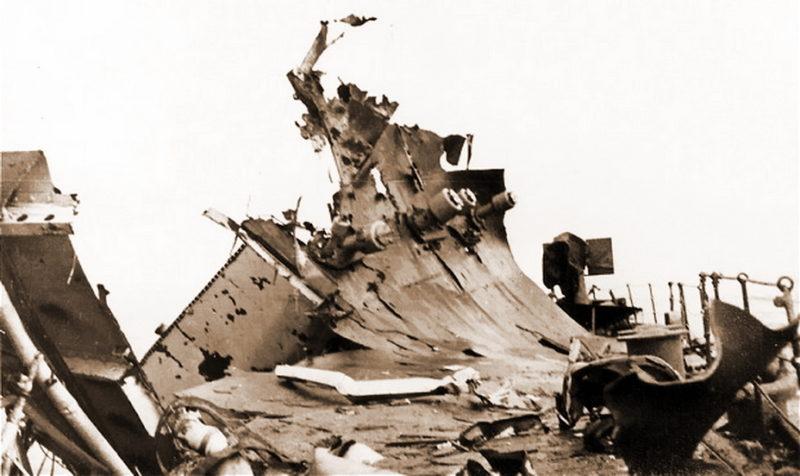 Палуба «Edinburgh» после попадания торпеды в корму.