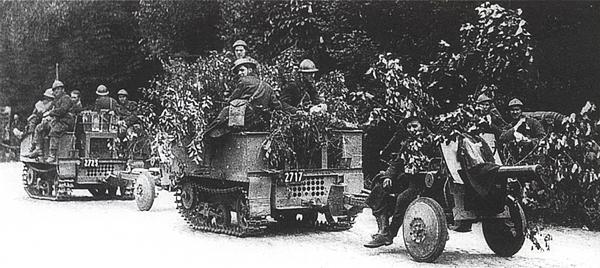 Бельгийская противотанковая батарея выдвигается навстречу немецким танкам. Май 1940 года.