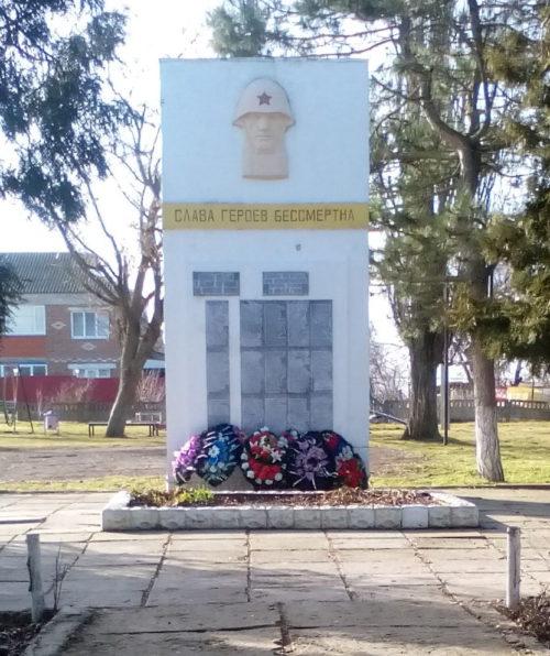 х. Белый Темрюкского р-на. ул. Памятник по улице Дружбы 26а, установленный на братской могиле советских воинов, погибших в боях с фашистскими захватчиками.