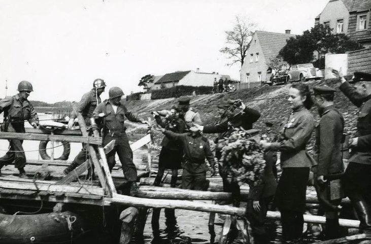Американцы переправляются на советском пароме через Эльбу. 25 апреля 1945 г.