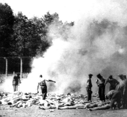 Трупы узников, сжигаемые зондеркомандой лагеря.