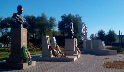 Бюсты героев на мемориале.