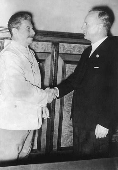 Сталин и Риббентроп в Кремле. 23 августа 1939 года.