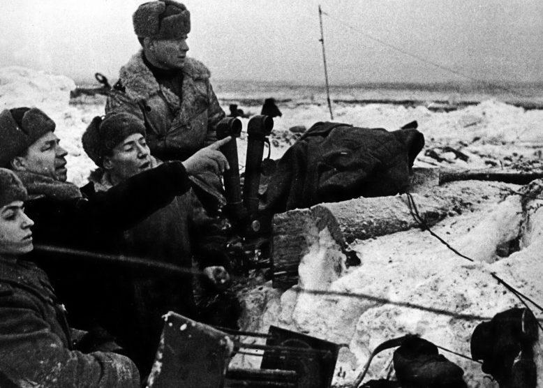 Командир 136-й стрелковой дивизии генерал-майор Николай Симоняк на наблюдательном пункте. Январь, 1943 г.