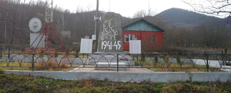 с. Гунайка Четвертая Туапсинского р-на. Памятник по улице Центральной, установленный на братской могиле советских воинов, погибших в боях с фашистскими захватчиками.