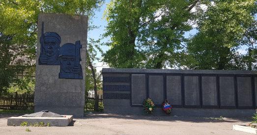 х. Новониколаевский Верхнедонского р-на. Мемориал на Центральной площади 4а, установленный в 1961 году в память о погибших земляках.