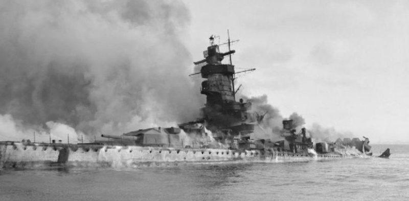 Тонущий крейсер «Адмирал граф Шпее».
