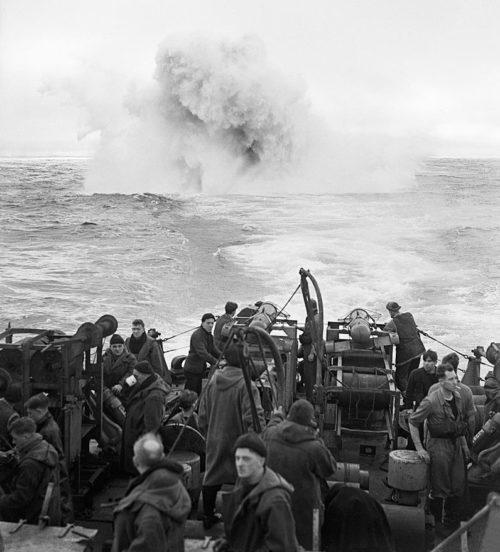 Взрыв глубинных бомб во время охоты на подлодку.
