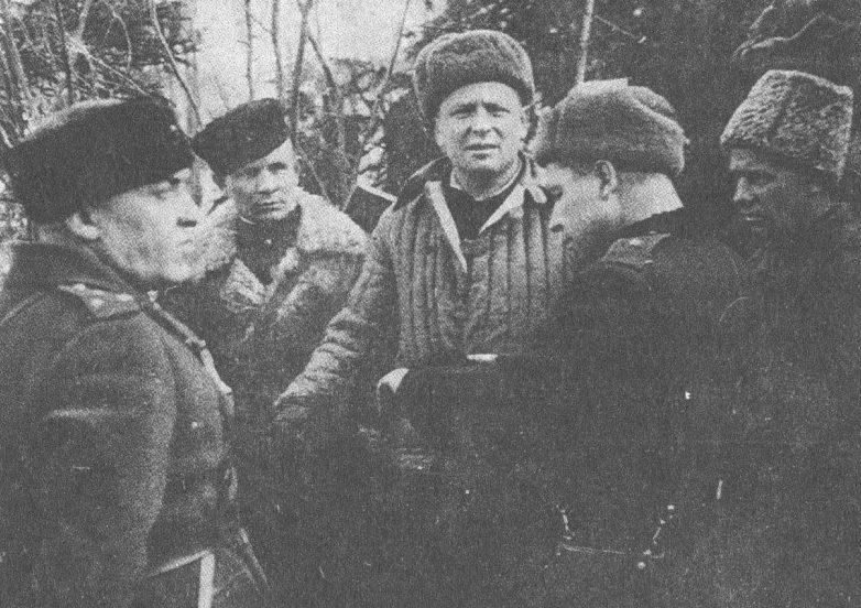 Командир 30-го стрелкового корпуса генерал-майор Николай Симоняк (второй справа). Январь, 1944 г.