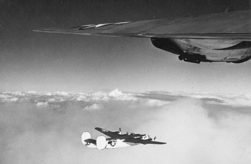 Патрульный бомбардировщики ВМС США PB4Y-1 во время охоты на подводные лодки.