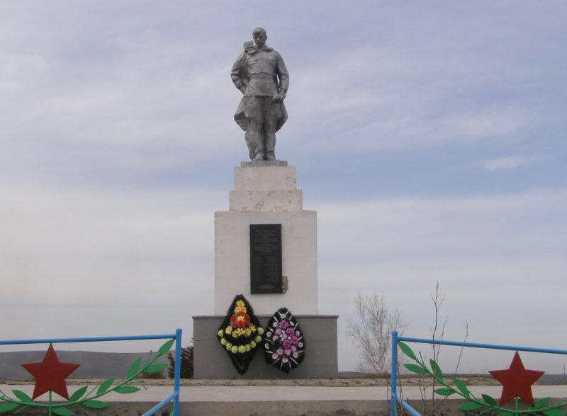 п. Виноградный Темрюкского р-на. Памятник по улице Юбилейной 9а, установленный на братской могиле советских воинов, погибших в боях с фашистскими захватчиками.