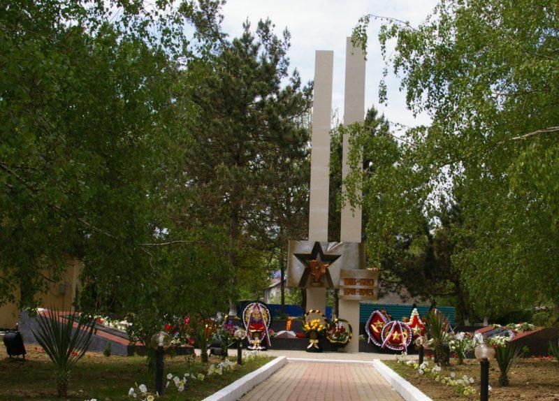 п. Джубга Туапсинского р-на. Памятник у Дома культуры, установленный на братской могиле воинов, погибших в годы Гражданской и Великой Отечественной войн.