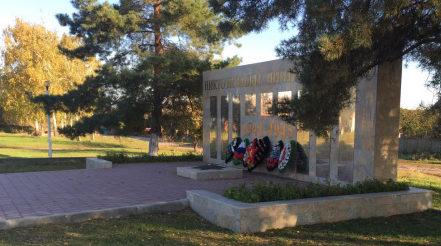 х. Поповка Верхнедонского р-на. Памятник по улице Ольховой 50а, установленный в 1975 году в память о погибших в годы войны.