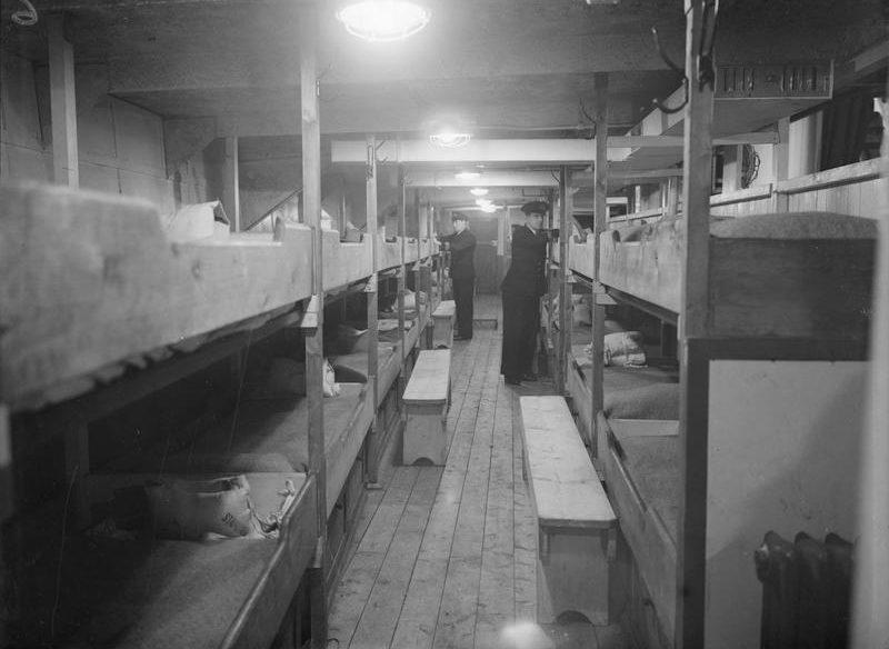Кубрик для размещения спасенных моряков на спасательном британском судне. 1940 г.