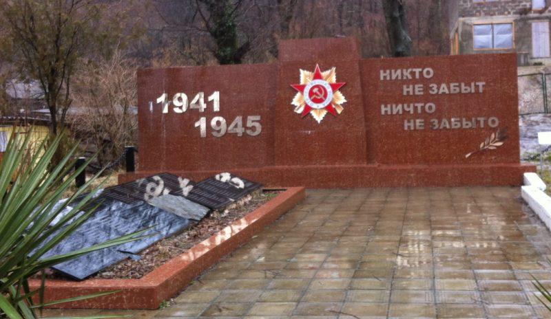 с. Кирпичное Туапсинского р-на. Памятник по улице Майкопской, установленный на братской могиле советских воинов.