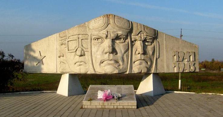 г. Азов. с. Кулешовка. Памятник летчикам 762-го авиационного истребительного полка установлен в 1969 году на месте бывшего полевого аэродрома в 1941-1942 годах. Архитектор - Я.С. Зайниси, скульптор - В.П. Дубовик.