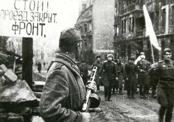 Немецкие парламентёры идут на переговоры о сдаче Бреслау. 6 мая 1945 г.