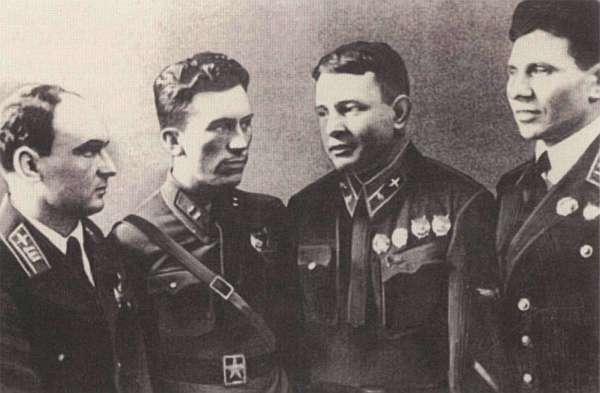 Лётчики-добровольцы в Китае. Слева направо: Ф.П. Полынин, П.В.Рычагов, А.Г. Рытов, А.С. Благовещенский.