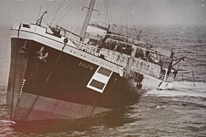 Торпедированный немецкой подлодкой «U-28» голландский танкер «Эулота» уходит под воду. Март 1940 г.