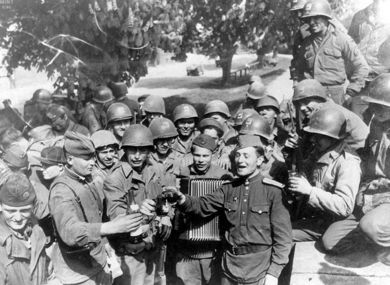 Взаимное угощение союзников. 25 апреля 1945 г.