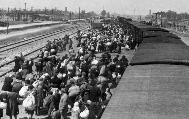 Прибытие эшелона с будущими узниками в Освенцим.