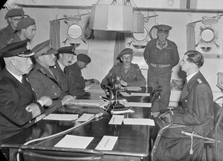 Переговоры Британского командования о капитуляции Нормандских островов с немецким парламентером капитан-лейтенантом Циммерманом на борту эсминца «Bulldog».