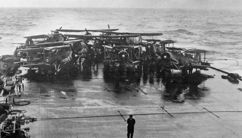 Торпедоносцы «Fairey Swordfish» на палубе британского авианосца «Victorious» перед налетом на немецкий линкор «Бисмарк». Май 1940 г.