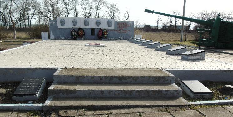 п. Гаркуша Темрюкского р-на. Памятник землякам, установленный по улице Ленина 46.